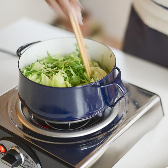 【特集|我が家のウチ鍋レシピ】第2話:キャベツと豚肉のごま塩鍋。