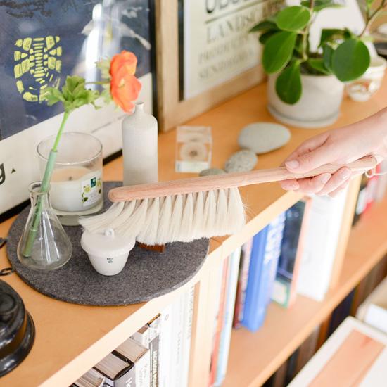 【おすすめの掃除グッズ】第2話:見た目がかわいい、ほこり取りブラシ。掃除がたのしくなるコツは道具にもあった!