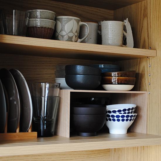 【スタッフの愛用品】プラスラックで食器棚の収納スペースが増えました!