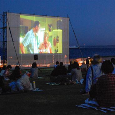 【気になるイベント】夏の野外シネマパーティー、キノ・イグルー × 横須賀美術館。
