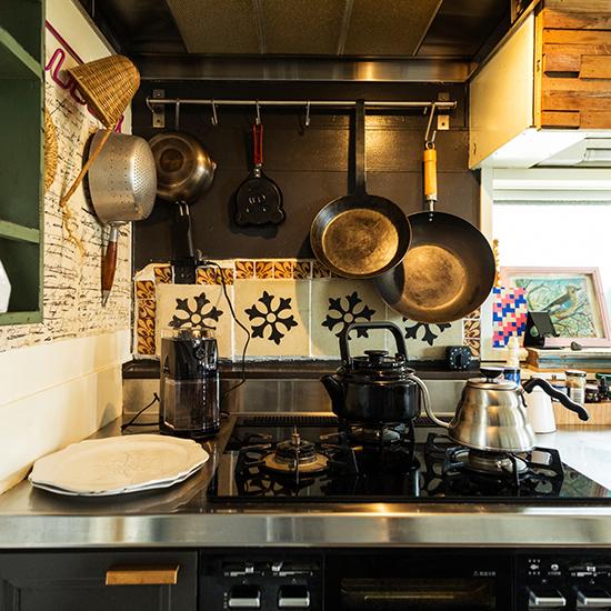 【インテリア特集】第3話:キッチンのしつらい – オルネ ド フォイユ店主 谷卓さん宅