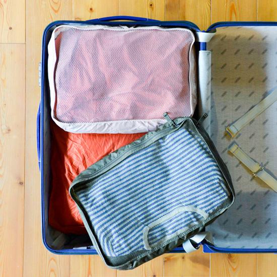 先ほど仕分けケースにつめた服や小物を、スーツケースに隙間なくつめこんでいきます。直方体をパズルのように組み合わせていくので、きっちり入ってスペースを無駄なく  ...