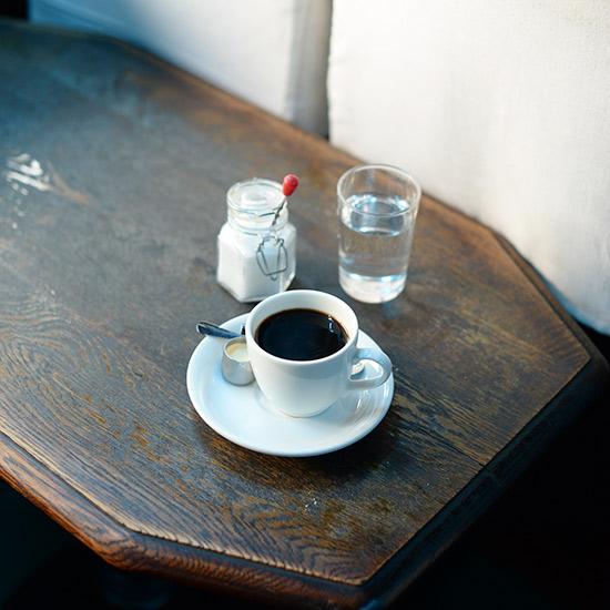 """【私たちの常連店】名曲喫茶「ライオン」前編: """"非日常"""" への寄りみちで頭をからっぽに。"""
