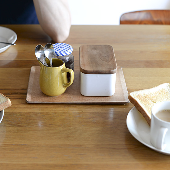 【スタッフの愛用品】ソファーでくつろぐ時、小さなテーブル代わりにもなるKINTOのトレー。