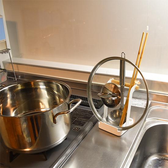 【スタッフの愛用品】狭い調理台を有効活用できる!tosca 鍋ふた&レードルスタンド。