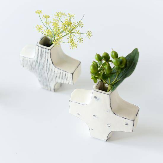 【新商品】やわらかい白色に儚げに浮かび上がる、繊細な模様。陶芸作家さんがつくるクロスの花器。