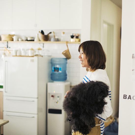 【我が家のイヌとネコ】第14話:仕事にも連れて歩く、人生の仲間になったトイプードル・RITAと福田春美さん。