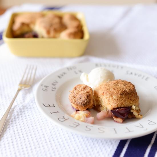 【料理家さんの定番おやつ】旬の果物を楽しむ、ビスケット生地の「フルーツデザート」レシピ