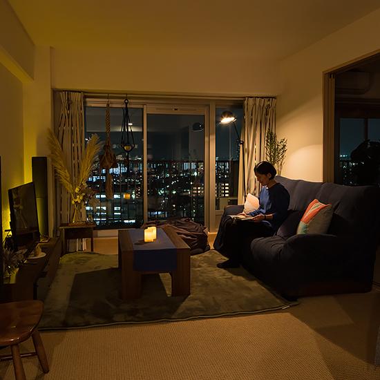 【灯りを楽しむ】第2話:照明のコツは「目的に合わせて照らす」こと。落ち着いたリビングで、秋の夜長を満喫