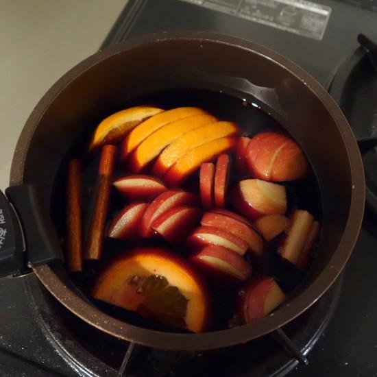 【23時の、僕とおやつ】明日を元気に楽しく過ごしたい。寒い夜に体を温める、ホットワインのレシピ。