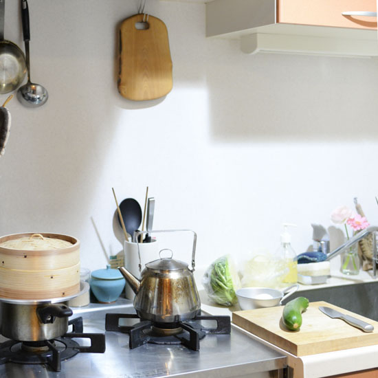 【スタッフコラム】狭いキッチンの作業スペースに!無印良品のスチールラックが活躍中。