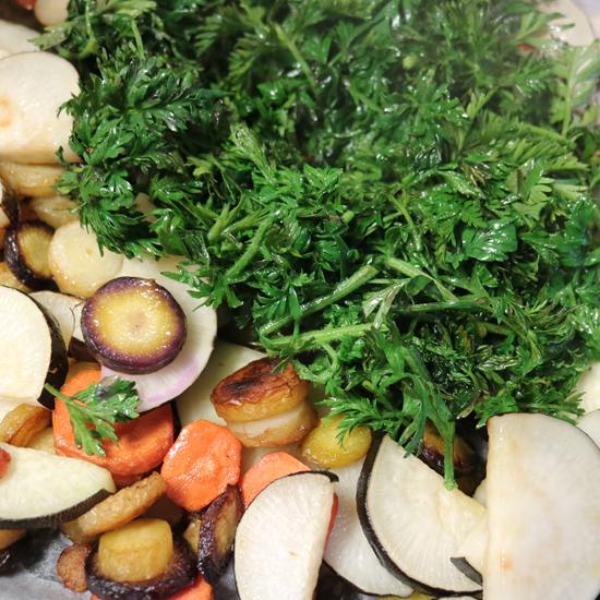 【クラシコムの社員食堂】にんじん葉、黒大根、パクチーの根っこ…見逃しがちな食材に旨味がつまっているのです。