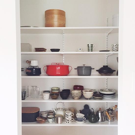 【バイヤーのコラム】ガチャ柱をつかって、パントリーの食器棚づくり。