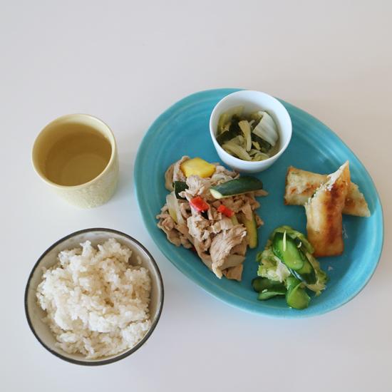 【クラシコムの社員食堂】梅雨時期の社食は、さっぱりした料理と爽やか色の器で!