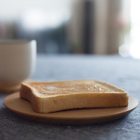 【スタッフの愛用品】作り手を取材したからこそおすすめしたい、当店オリジナルの「木のパン皿」