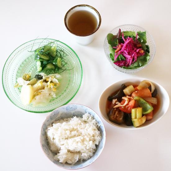 【クラシコムの社員食堂】沖縄土産のドラゴンフルーツと乾燥パパイヤで、南国気分のサラダを。