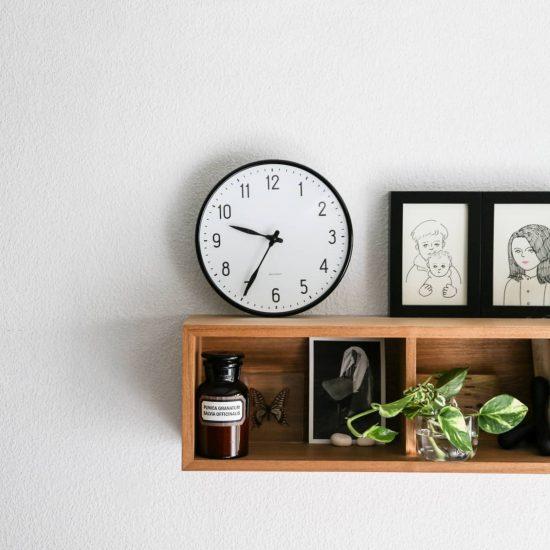 【スタッフの愛用品】ひとつのアートのように、部屋を格上げしてくれるヤコブセンの時計。