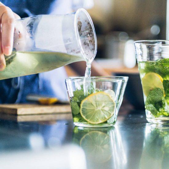【残暑とスパイス】第3話:水出し緑茶にひと工夫。目にも涼しい、ハーブドリンク