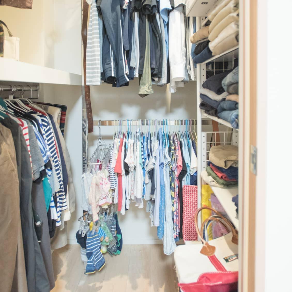 ハンガーを使った子供服の収納術や、サイズアウト した服の整理整頓方法