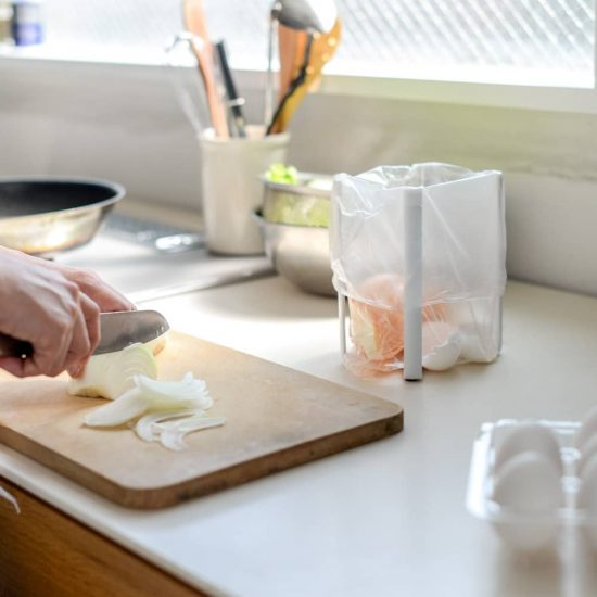 【新商品】さよなら三角コーナー!料理中のゴミをまとめるポリ袋ホルダーの登場です。