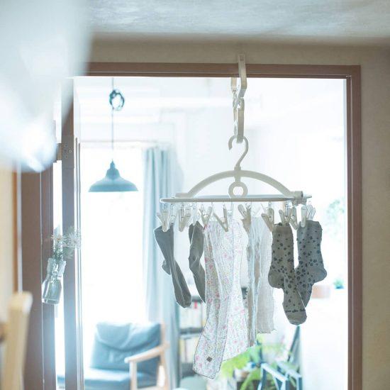 【BRAND NOTE】もうカーテンレールには干さない!ニトリを活用して「部屋干し」をすっきりと。
