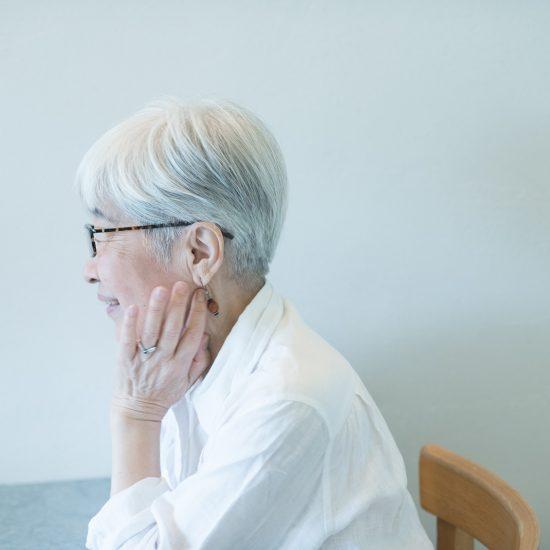 【白髪に憧れて】第2話:伸びては染めての15年。違和感なく白髪がなじんだそのワケは。(のみやパロル 桜井莞子さん)