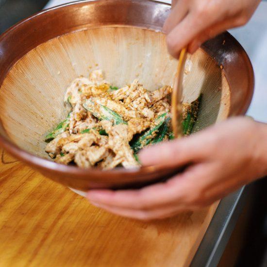 【潔いレシピ】第3話:茹でずにチン!で時短。鶏むね肉とオクラの胡麻和え