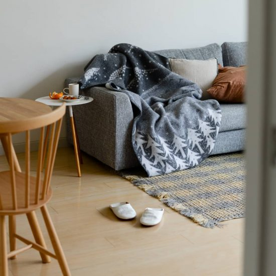 【北欧のブランケットと、冬の暮らし】後編:ベッドで、ソファで。スタッフ2名がブランケットを使ってみました