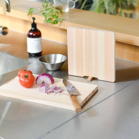 【新商品】料理の時間をもっと楽しく!スタンド付きで置き場所に悩まない、「ひのきのまな板」を見つけました。