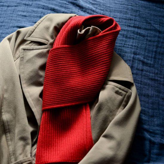 【スタッフコラム】真っ赤なマフラーと、半信半疑のお買いもの。