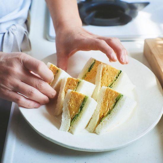 【たまごの休日料理】前編:あっという間にフワフワ、トロトロ。身体に沁みる「たまごサンド」と「パン粥」