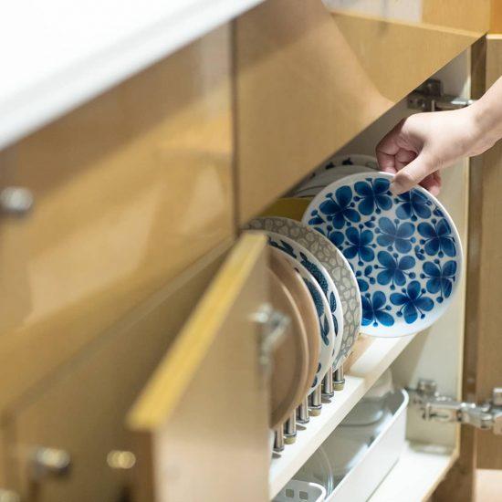 【食器収納のメソッド】お皿収納のポイントは「ラック使いと余白の設定」がカギ。