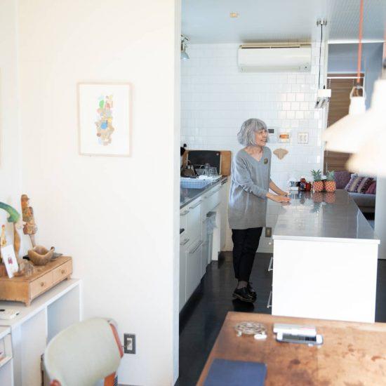 【あの人の家へ】第2話:「便利なものは採用」へ。年を重ねて変わった、キッチンの考え方