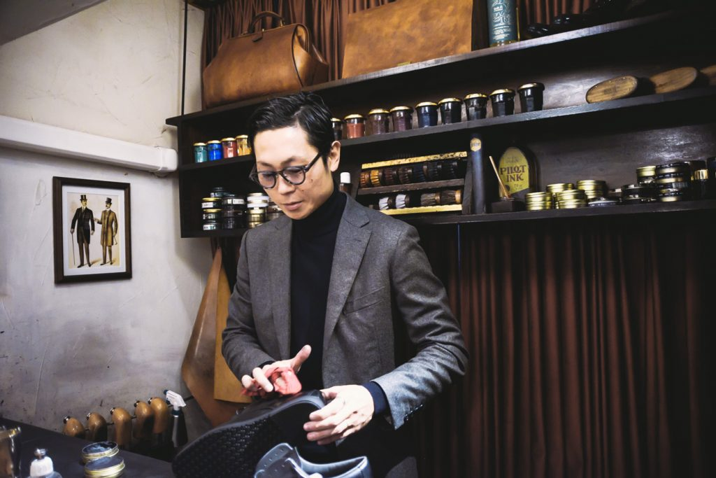 路上から世界に飛び出した靴磨き職人、長谷川裕也さん。 業界のイメージを変えた変革者の意外な素顔